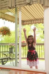 ילדה נתלית על רשת נגד יתושים שקופה